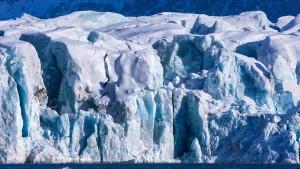 Arktische Eisproben schmelzen in Kühlkammer