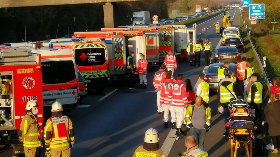 Rettungswagen und die Feuerwehr sind auf der Autobahn 46 bei Grevenbroich im Einsatz.