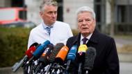 Gauck besucht Opfer im Krankenhaus