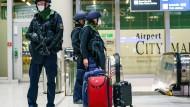 Nach einer Bombendrohung am Frankfurter Flughafen kontrollieren Einsatzkräfte am Samstag verstärkt Gepäck und Menschen im Terminal 1.