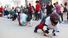 Mehr als hundert Menschen krabbeln durch Manhattan