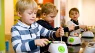 Einfach mal ausprobieren: Im Dreiech-Museum können Kinder Pralinen machen.