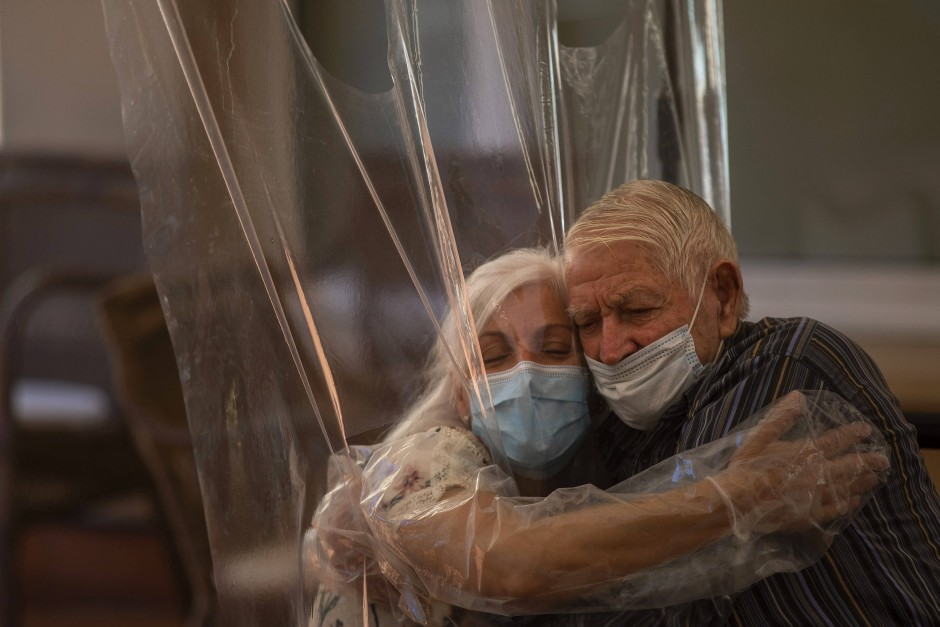 Zumindest ein kleiner Trost: In Spanien hat ein Pflegeheim im vergangenen Juni Umarmungen durch eine Schutzfolie ermöglicht.
