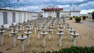 """Zement-Ständer für Sonnenschirme stehen aufgereiht in einer Bar in Rimini. Die Küste hier galt schon in den Siebziger Jahren als """"Teutonengrill""""."""