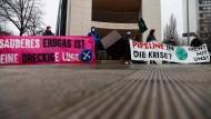 Aktivisten protestieren am 12, Januar in Berlin gegen das Pipelineprojekt Nord Stream 2.