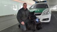 """Aufgespürt: An Hund """"Zaro"""" kam das Kokain im Koffer des 81 Jahre alten Schmugglers nicht vorbei."""