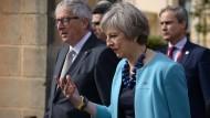 Sie will raus, er macht sich Sorgen: Ab März werden May und Juncker über den Austritt Britanniens verhandeln.