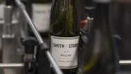 Exportartikel: Rieslingflaschen der Kelterei Johannes Leitz werden für den amerikanischen Markt etikettiert.