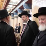 David Lau (Mitte), aschkenasischer Oberrabbiner des Staates Israel, unter Rabbiner-Kollegen in der Frankfurter Westend-Synagoge.