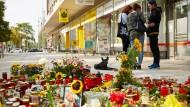 Blumen liegen am Tatort des für Daniel H. tödlichen Streits