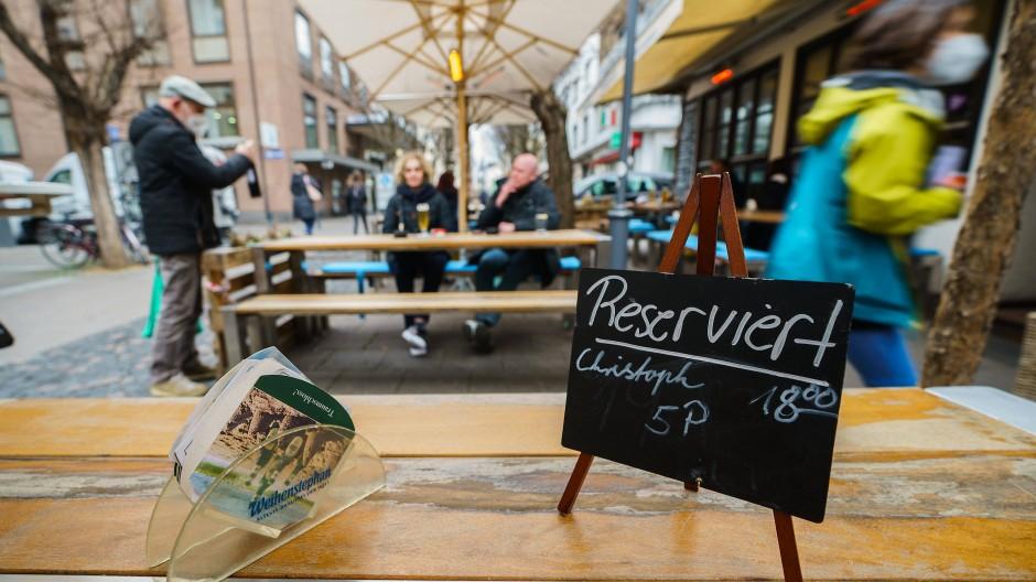 Nur unter freiem Himmel: In Mainz hat die Gastronomie unter strengen Auflagen wieder geöffnet.