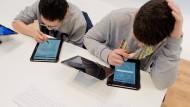 Schüler mit Tablet im Unterricht. Zukunftmusik, über deren Risiken man ebenso realistisch informiert sein sollte, wie über die Vorteile.