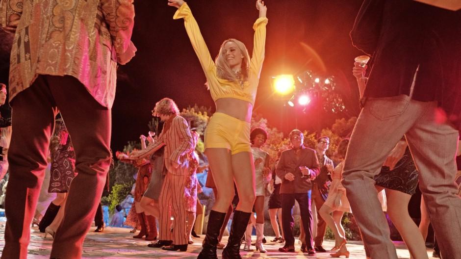 Ein fortblühendes Leben: Margot Robbie spielt Sharon Tate. In der Filmversion wird ihr wahres bitteres Ende durch den wehrhaften Rick Dalton verhindert. Im Buch kommt diese aus Liebe zur Kinogeschichte geborene Fiktion leider zu kurz.