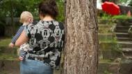 Sicherer Umgang: Unterstützt von Betreuerinnen des Junge-Eltern-Zentrums, kümmert sich die junge Mutter Larissa Wegmann liebevoll um Sohn Leon.