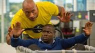 """Die Schauspieler Dwayne Johnson als Bob Magnum (hinten) und Kevin Hart als Calvin Joyner in einer Szene aus dem Film """"Central Intelligence""""."""