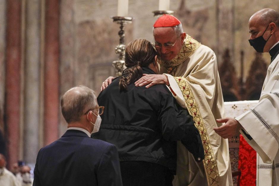 Kardinal Agostino Vallini mit den Eltern des 2006 gestorbenen Carlo Acutis