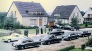 Bessere Gesellschaft: Limousinen vor einer Bankiers-Villa im Jahr 1958