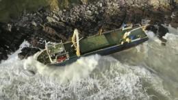 Sturm treibt Geisterschiff an Küste