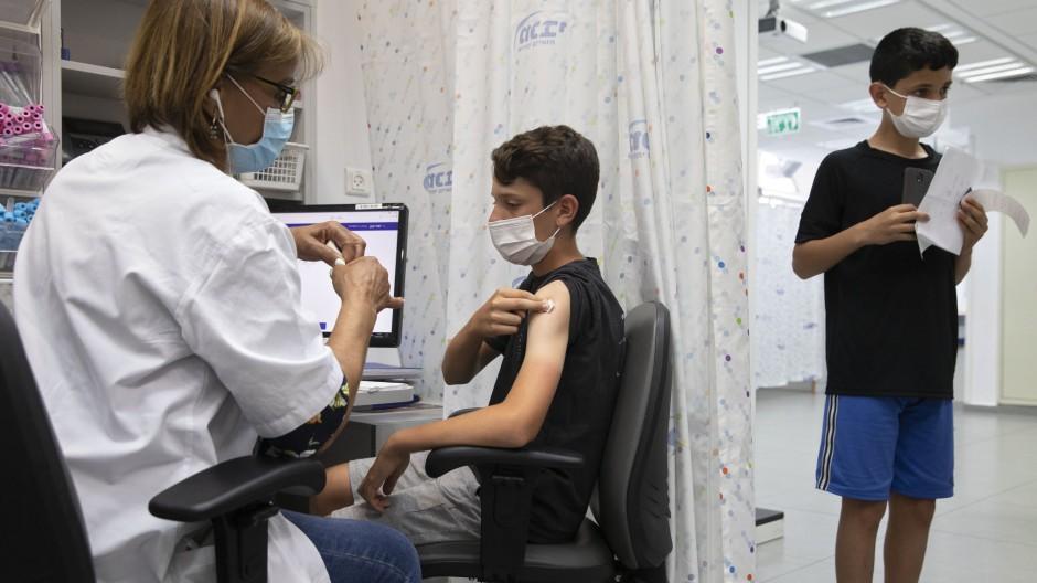 In Israel wird ein Junge im Juni mit dem Impfstoff von Biontech immunisiert.