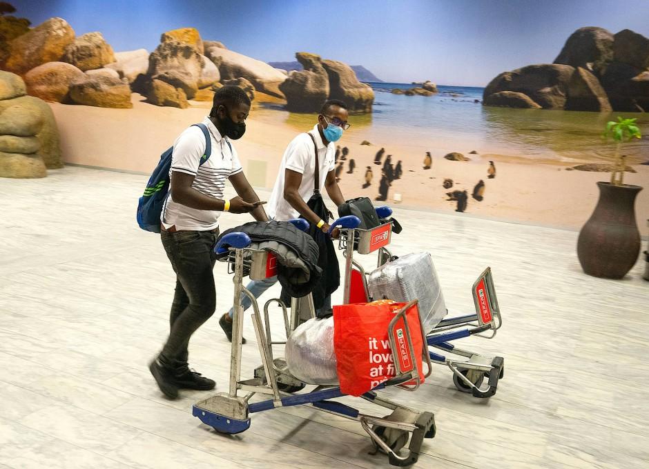 Lust auf Strand: Die ersten Touristen kommen am Flughafen in Kapstadt an.