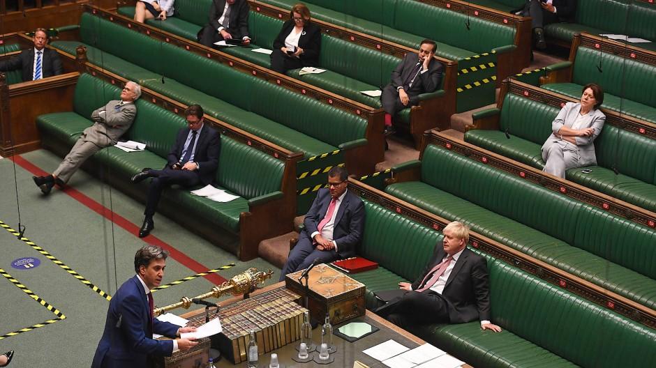 Der britische Premierminister am späten Montagabend während der Unterhausdebatte in London