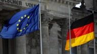 Wie vor dem Bundestag: So soll es nach dem Willen führender CDU-Politiker auch an deutschen Schulen aussehen.