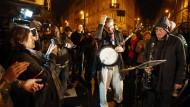 Menschen in Paris feiern gegen den Terror an