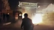 Das Standbild aus einem Video zeigt einen Angriff auf eine Polizeiwache in der iranischen Stadt Qahdarijan.