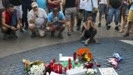 In stillem Gedenken an die Opfer des Anschlags: Trauernde an diesem Freitag in Barcelona