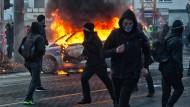 Randale: Bei den Blockupy-Protesten im März 2015 in Frankfurt brannten auch Autos - angeklagt worden ist bisher kaum ein Krawallmacher