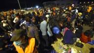 Tausende erreichen Grenzort Nickelsdorf