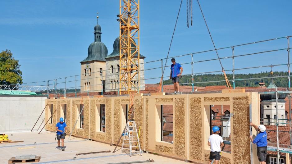 Die Planung war aufwendig, der Aufbau ging flott: Hundert mit Stroh gefüllte Wandelemente hat die beauftragte Zimmerei für St. Wunibald angefertigt.