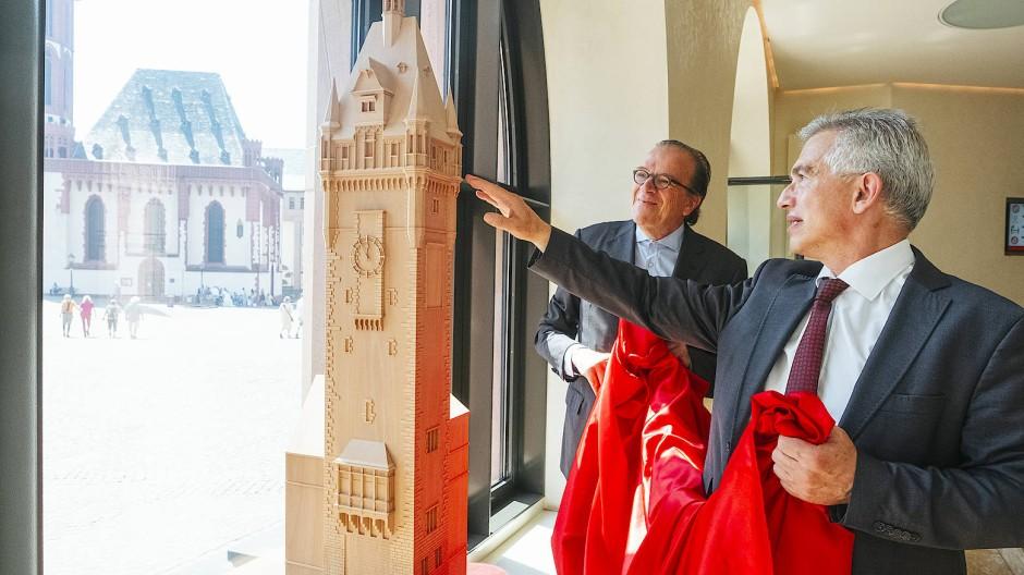 1,50 Meter hoch: Christoph Mäckler (links) und Peter Feldmann begutachten das Turmmodell.