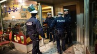 """Auf der Suche nach Kriminellen: Die Polizei in Düsseldorf vor einem Café im sogenannten """"Maghreb-Viertel"""""""