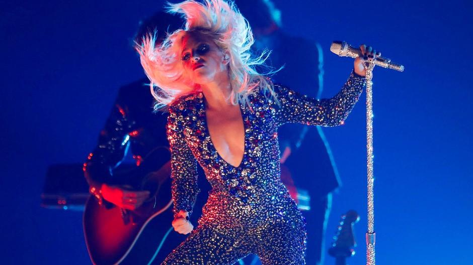 Lady Gagas Bühnenshows sind legendär: Aufwändige Outfits und komplizierte Choreographien begeistern die Fans – wie hier im Februar in Los Angeles.