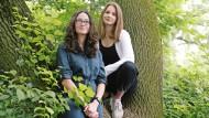 Mia (links) aus Mount Airy (Maryland) und Emily aus Berlin, beide 16 Jahre alt.