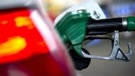 Die Preise für Kraftstoffe und Haushaltsenergie sinken.