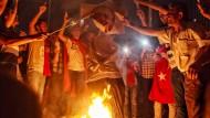 Hexenjagd: Anhänger von Präsident Erdogan verbrennen Bilder des Predigers Fethullah Gülen auf dem Taksim-Platz in Istanbul.