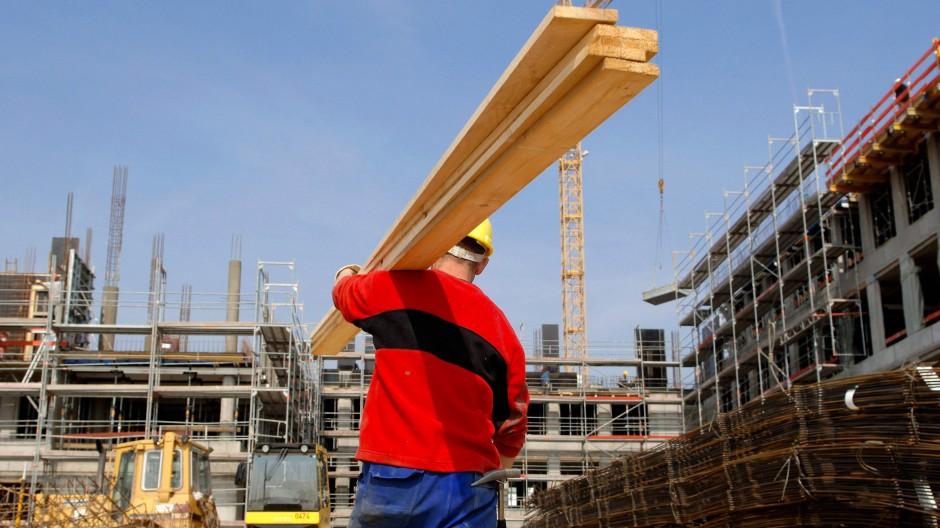 In Deutschland finden sich vor allem in der Baubranche viele ausländische Arbeitnehmer, so wie dieser Dachdecker auf einer Baustelle in Hessen.
