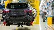 Ein Ford Fiesta entsteht in der Kölner Produktionshalle des amerikanischen Autoherstellers.