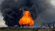Ein riesiger Feuerball ist nach der Explosion in einer Chemiefabrik in Texas zu sehen.