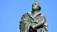 """Zwei Theologieprofessoren werfen der Evangelischen Kirche vor, in einer """"theologischen Geisterfahrt"""" auf den Reformationstag zuzurasen."""
