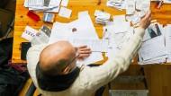 Ein Freiberufler arbeitet an seiner Steuererklärung.