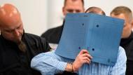 Einer der Angeklagten am Montag am Oberlandesgericht Dresden