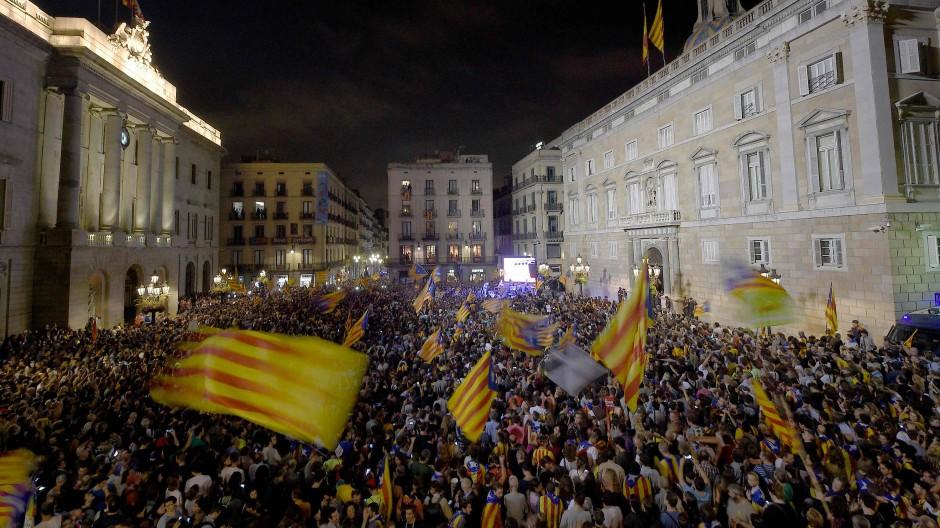 Vor dem Regierungsgebäude der katalanischen Regionalregierung haben sich am Abend wieder viele Menschen versammelt um friedlich zu demonstrieren.