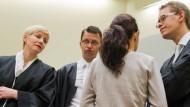 Gestörtes Vertrauensverhältnis: Die Angeklagte Beate Zschäpe im Münchner Gerichtssaal mit ihren Anwälten Anja Sturm, Wolfgang Stahl und Wolfgang Heer (r.).