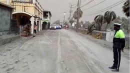 Straßen der Karibikinsel St. Vincent mit Asche bedeckt