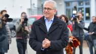 Tarek Al-Wazir, Hessens Wirtschafts- und Verkehrsminister sowie Spitzenkandidat von Bündnis 90/Die Grünen, verlässt nach der Stimmabgabe sein Wahllokal.