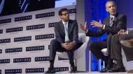 Atul Gawande (l.) mit dem ehemaligen amerikanischen Präsidenten Barack Obama im Oktober 2016 auf einer Diskussionsveranstaltung in Pittsburgh.