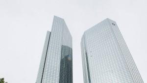 """Die-in"" vor den Bankentürmen"